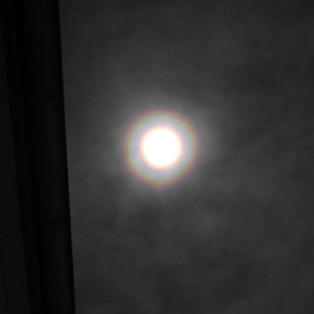 Der Mond mit einer Korona!